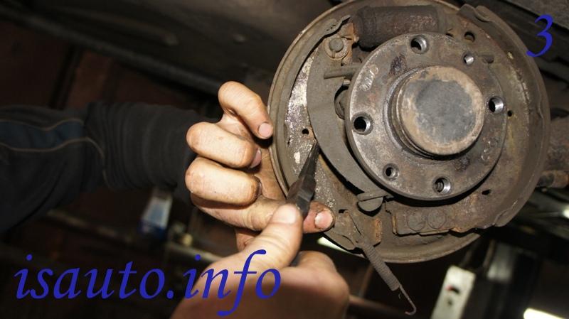 прижимная пружина задней тормозной колодки