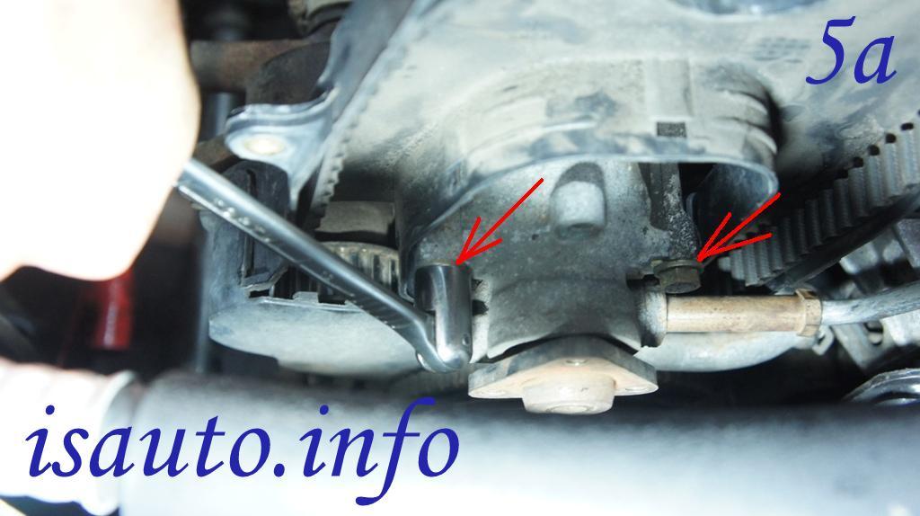Отворачиваем два болта крепления насоса гидроусилителя рулевого управления к блоку цилиндров
